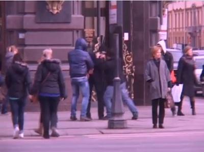 человека, похожего на Павла Дурова, задерживают на улице
